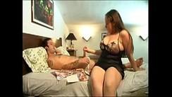 Mãe tarada seduzindo o filho sortudo